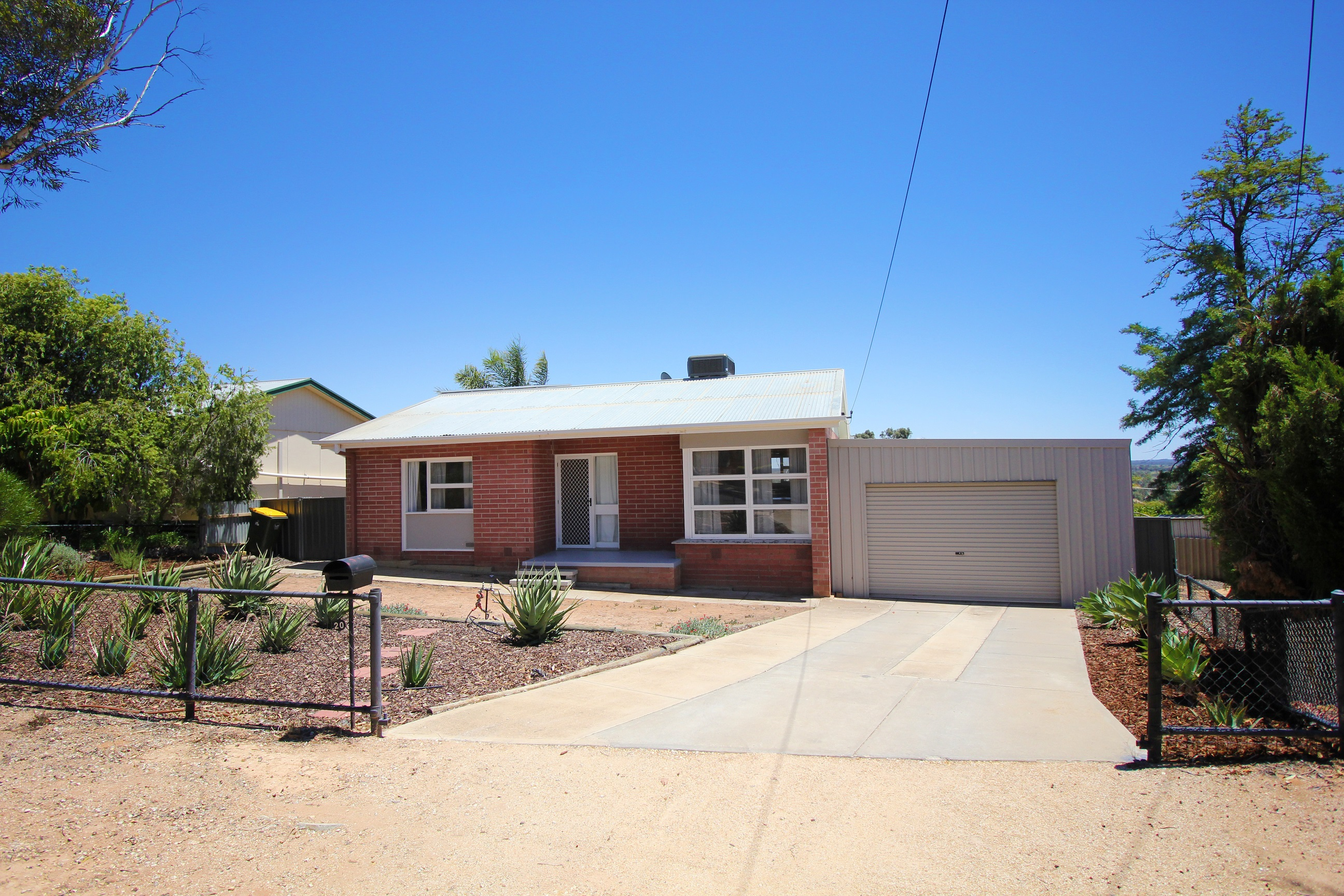 FRESH & TIDY 3 BEDROOM HOME  IN A PEACEFUL LOCATION